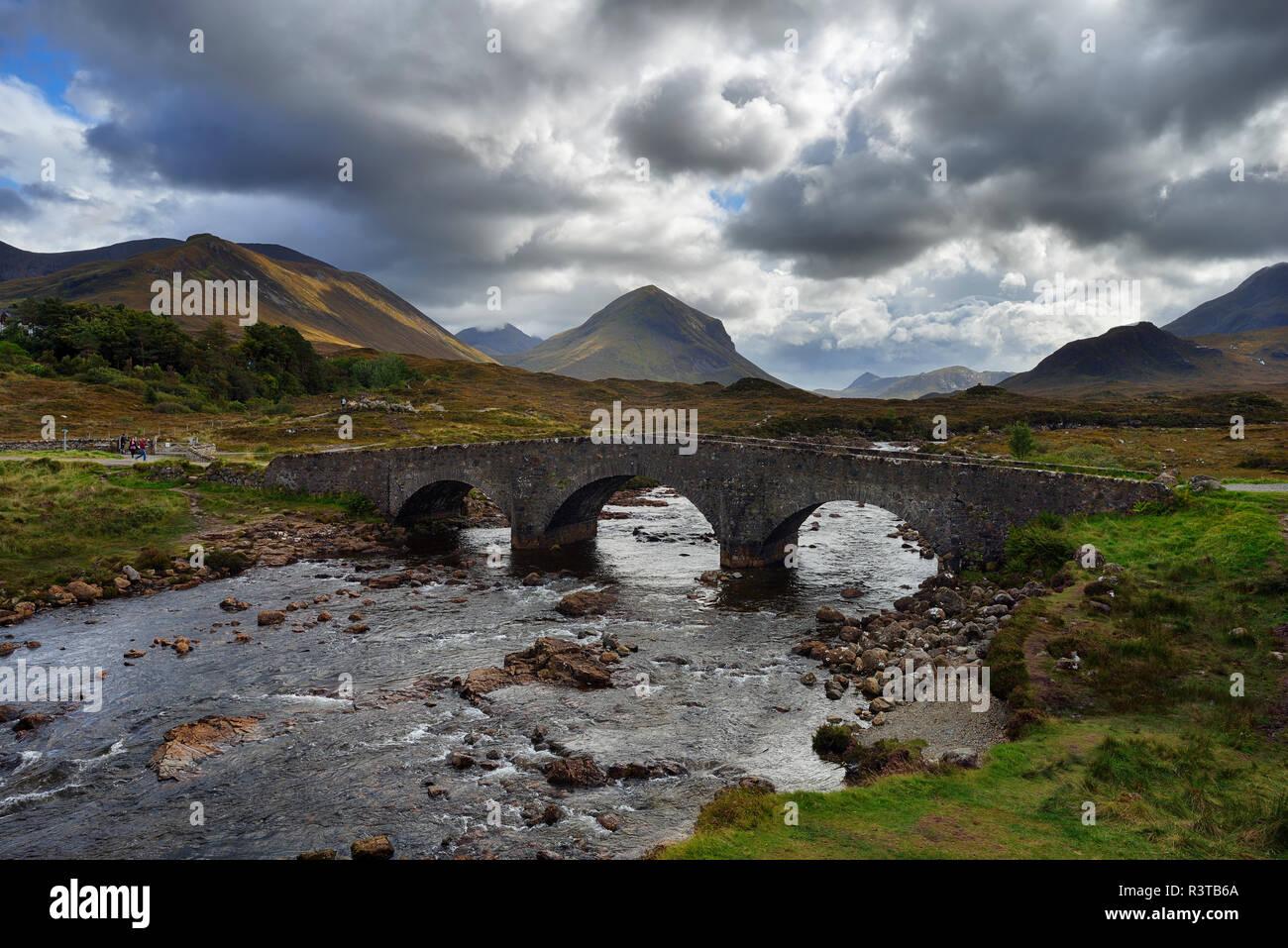 Royaume-uni, l'Écosse, les Highlands écossais, l'île de Skye, le vieux pont de pierre sur river Sligachan Sligachanr Banque D'Images
