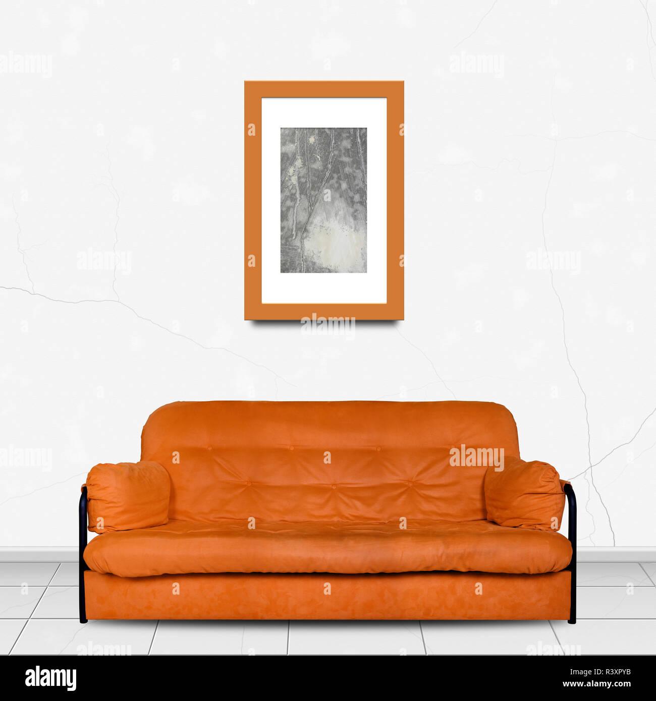 Meubles De Salon En Home Intérieur   Orange Divan Canapé Moderne Fait De  Tissu à Lu0027avant Et La Peinture Photo Dans Une Trame De Fond Mur Blanc