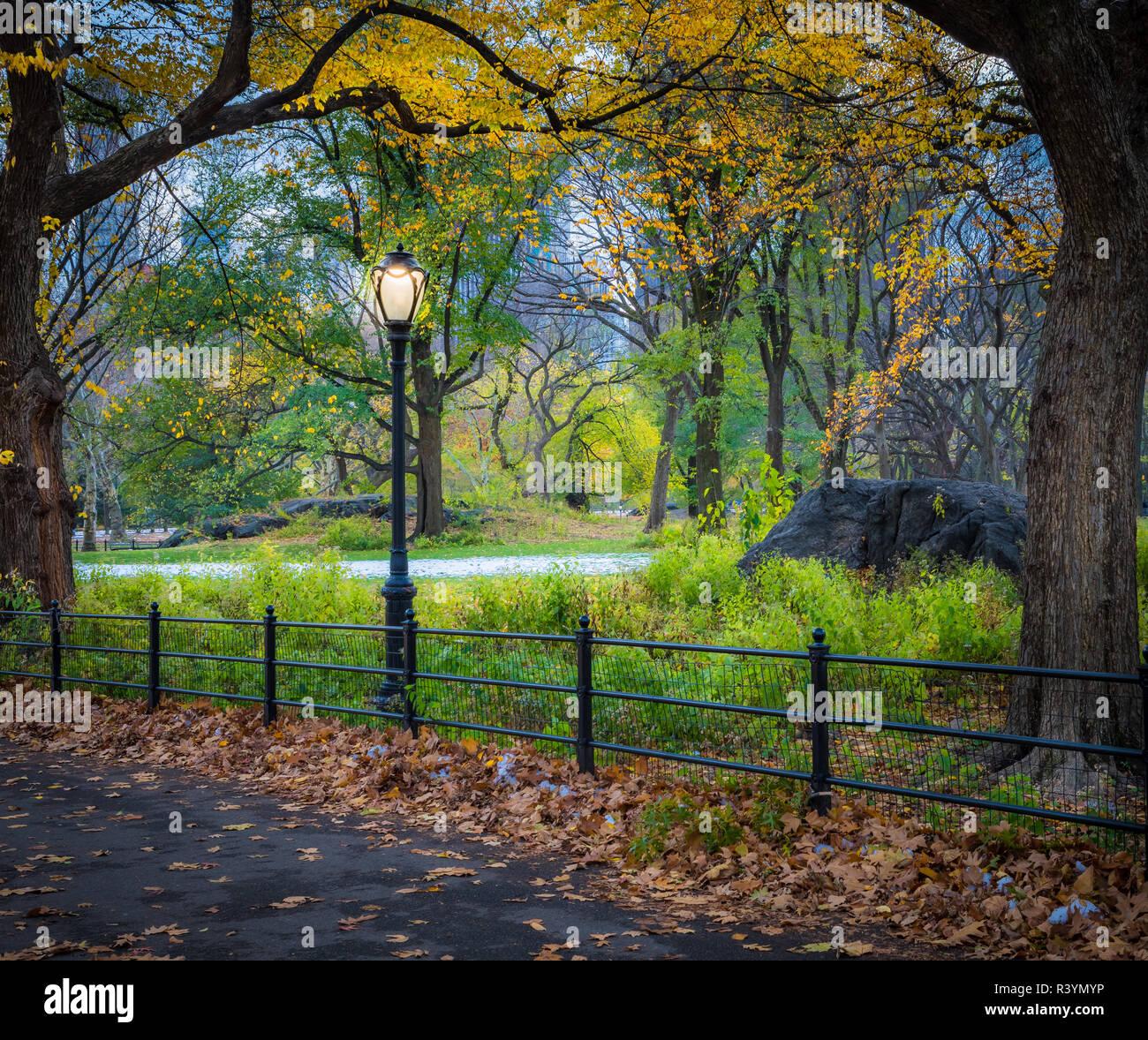 Bethesda Fountain et terrasse donnent sur le lac, à New York City's Central Park. La fontaine est situé dans le centre de la terrasse. Bethesda Terrac Banque D'Images