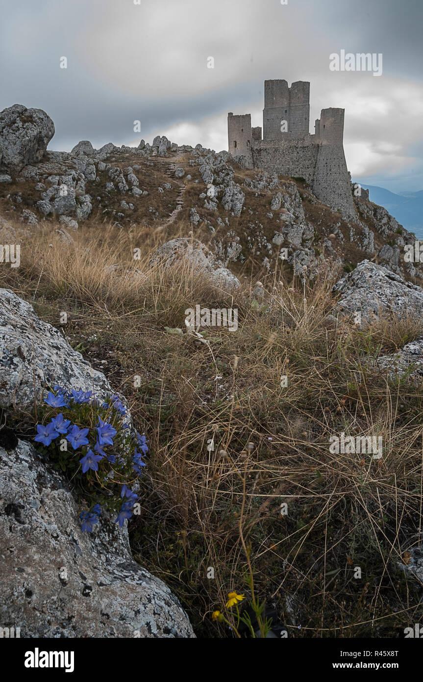 Rocca Calascio, une forteresse historique dans le centre de l'Italie. À une altitude de 1 460 mètres (4 790 ft), R. C. est la plus haute forteresse dans les Apennins. Photo Stock