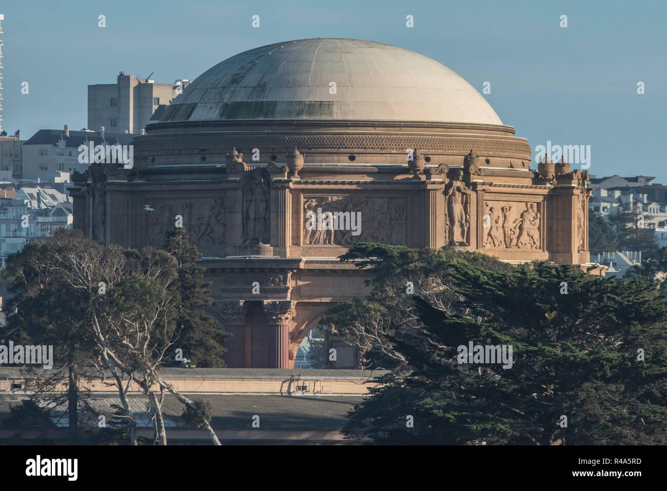 Le palace of fine arts Theatre à San Francisco vu depuis le détroit du Golden Gate à partir d'un bateau. Banque D'Images