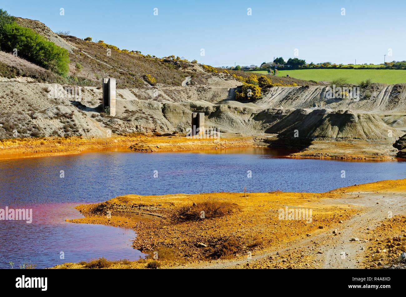 La pollution industrielle, les terres polluées et l'eau de l'ancienne mine d'étain près de st.24 à Cornwall, Angleterre, Grande-Bretagne, Royaume-Uni. Banque D'Images