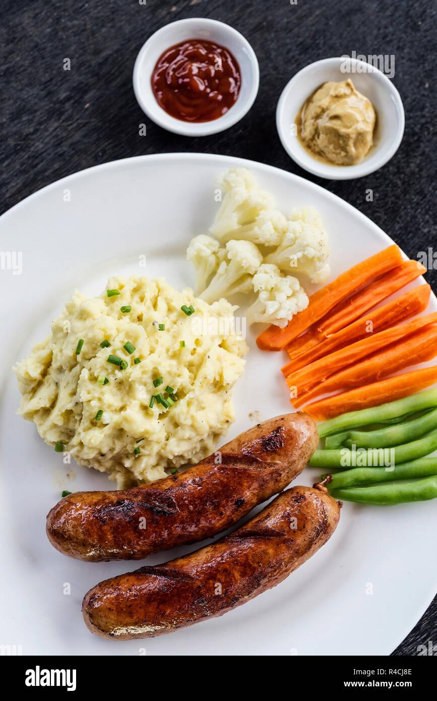 Saucisse allemande avec purée de pommes de terre et légumes meal Banque D'Images