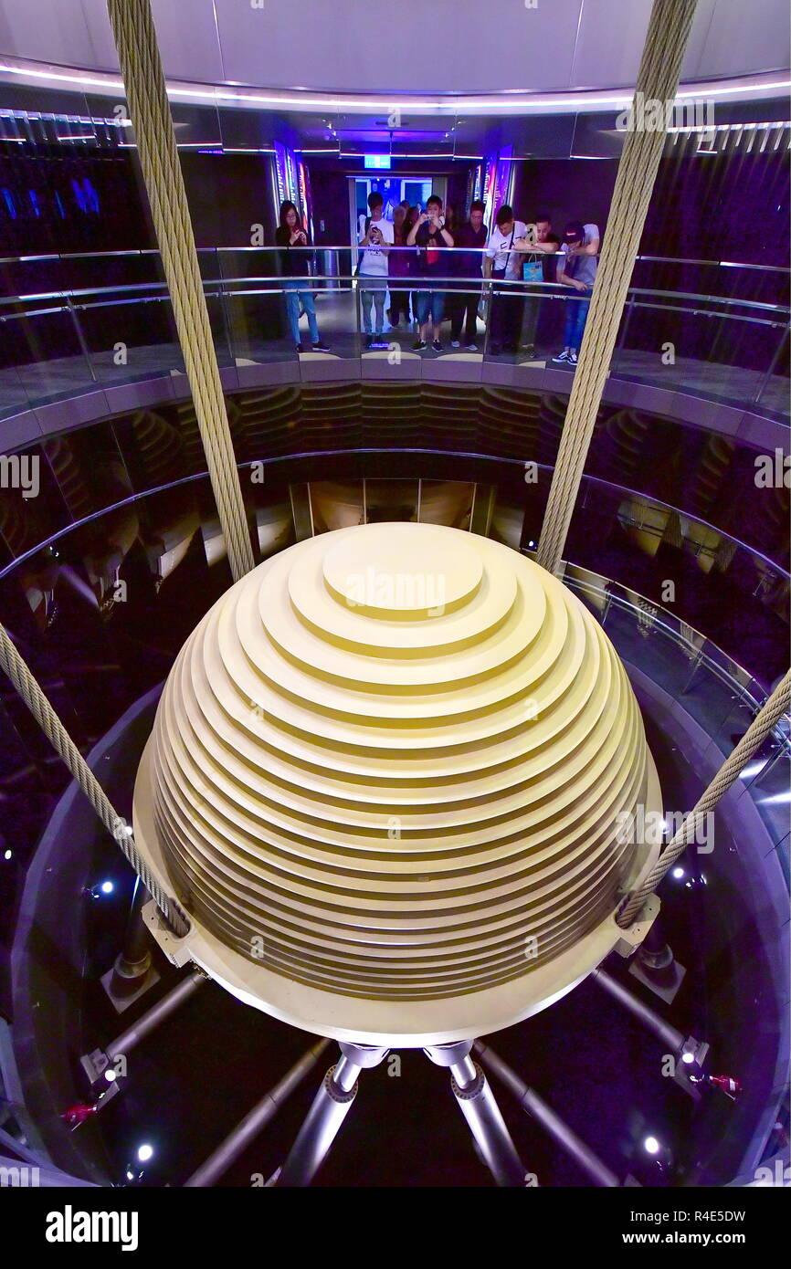 Taipei. 24 Nov, 2018. TAIPEI, TAIWAN, CHINE - 24 NOVEMBRE 2018: une vue de la 660t à l'écoute de l'amortisseur de masse monté entre les étages 87 et 91 pour réduire les vibrations mécaniques au sommet du gratte-ciel Taipei 101 de 509m de hauteur [1,671ft] à Taipei, la capitale de Taiwan, Chine. Yuri/Smityuk Crédit: TASS ITAR-TASS News Agency/Alamy Live News Banque D'Images