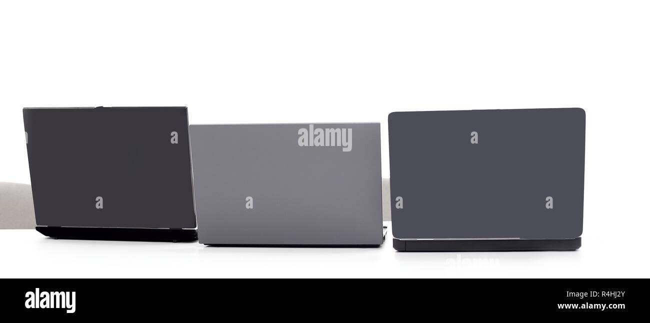Trois open laptop dans le milieu .isolated on white Banque D'Images