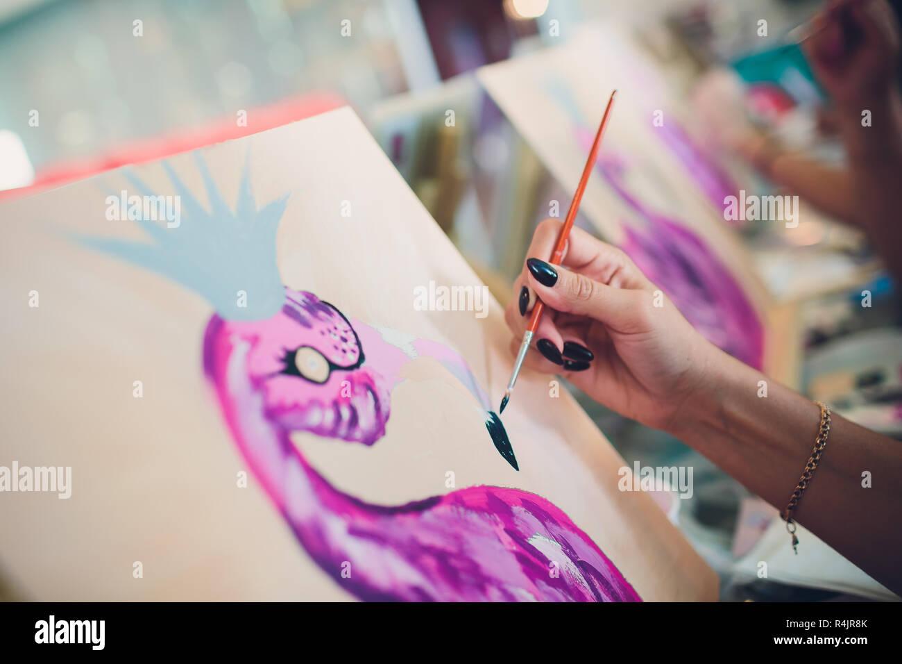 La Peinture Sur Toile Des Flamants Roses Sur Une Veste Le Dessin Avec Les Peintures Smartphone Photo Stock Alamy