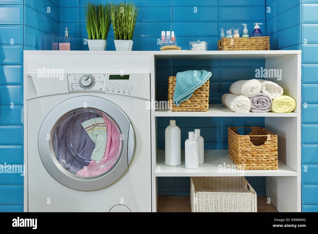Lave Linge Dans Salle De Bain salle de bains moderne avec lave-linge blanc et carreaux