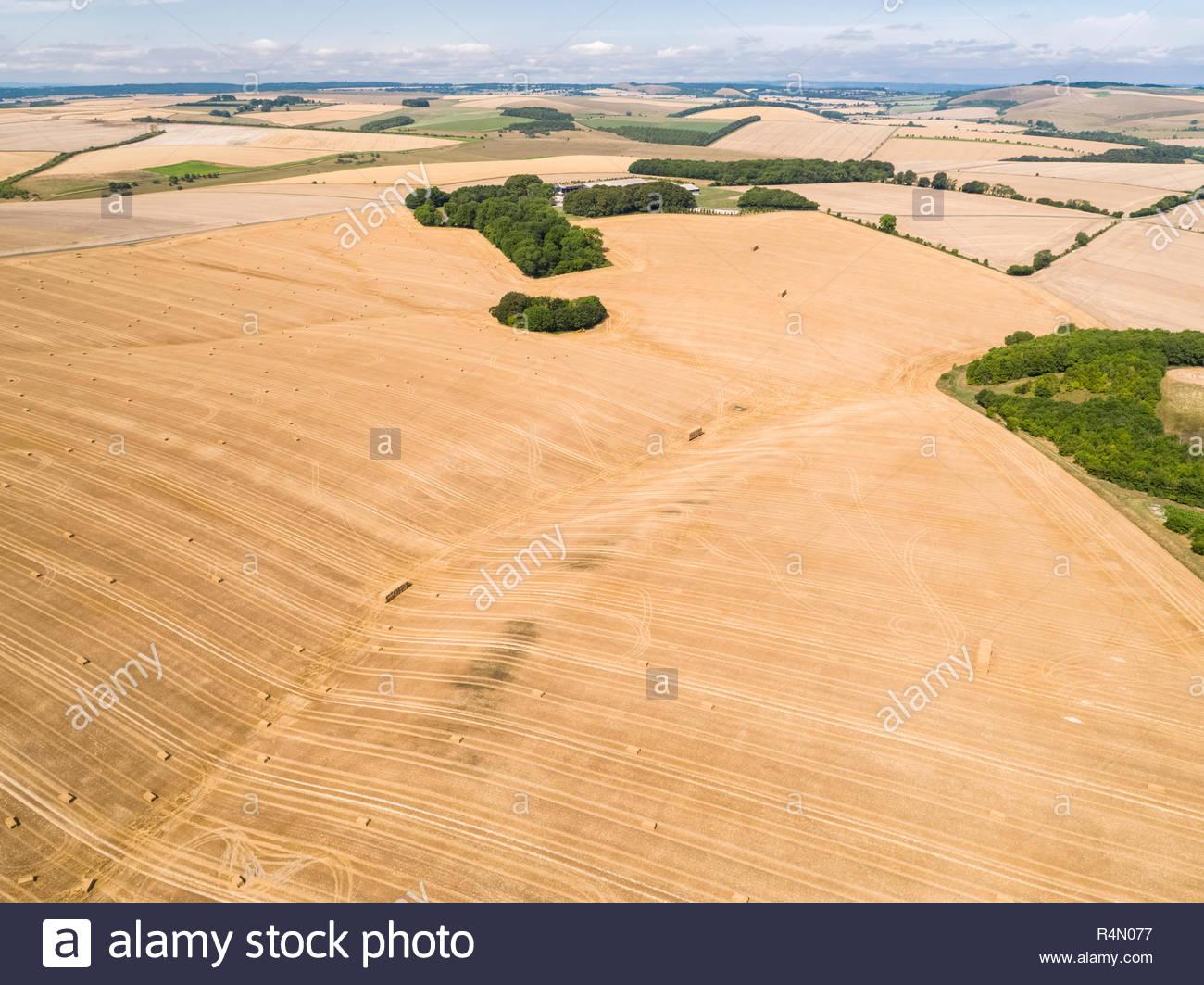 Paysage de l'antenne de l'été récolté du blé et d'orge de l'exploitation des champs et des bottes de paille Banque D'Images