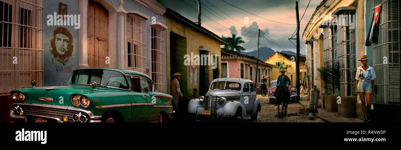 Panorama de rue avec des voitures anciennes, Trinidad, SanctiSpritus- Province, Cuba Banque D'Images