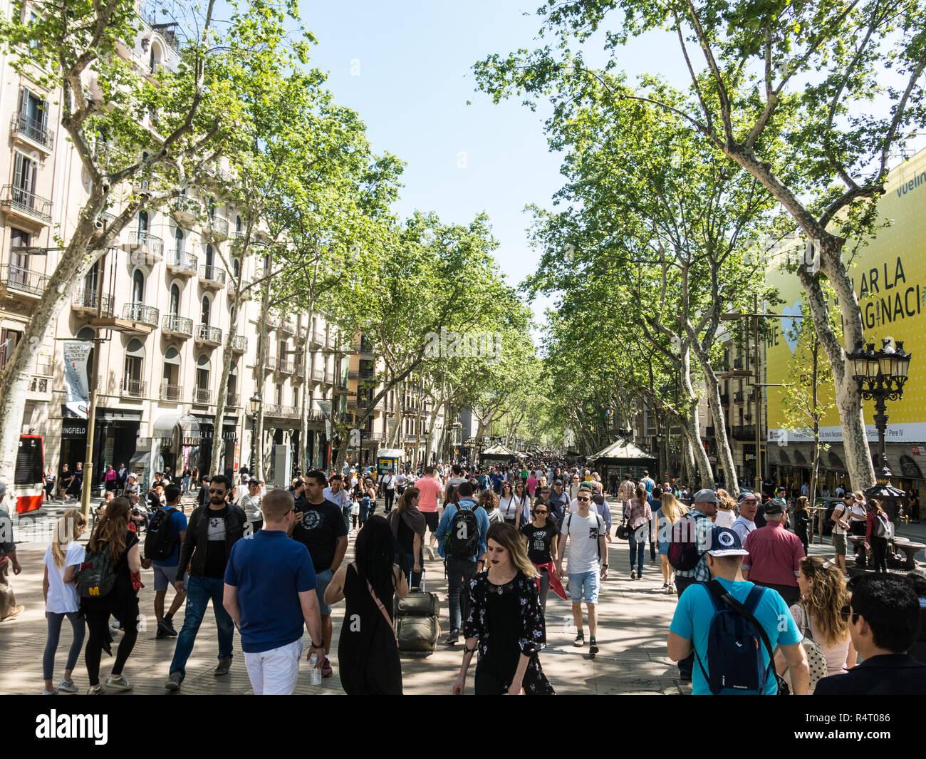Barcelone, Espagne - 21 Avril 2018: Des centaines de personnes promenading dans la rue la plus animée de Barcelone, Las Ramblas. Banque D'Images