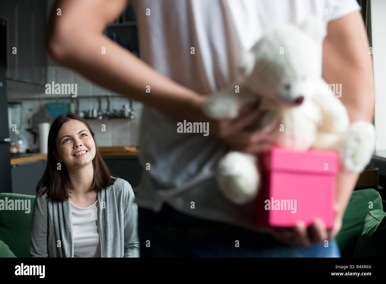 Petit ami ont un cadeau pour fille bien-aimé Photo Stock