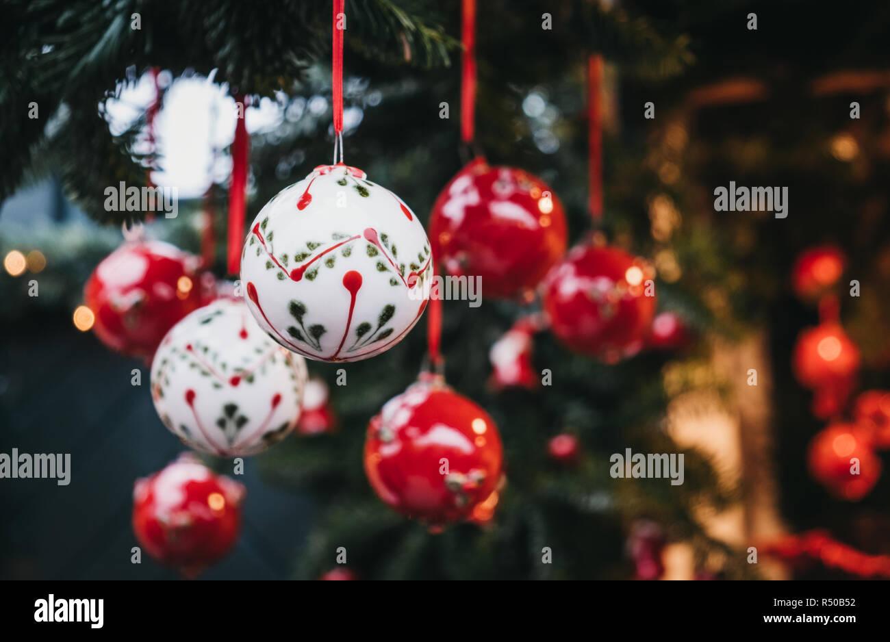Close up of red and white Christmas Tree decorations en vente sur un marché de Noël. Banque D'Images