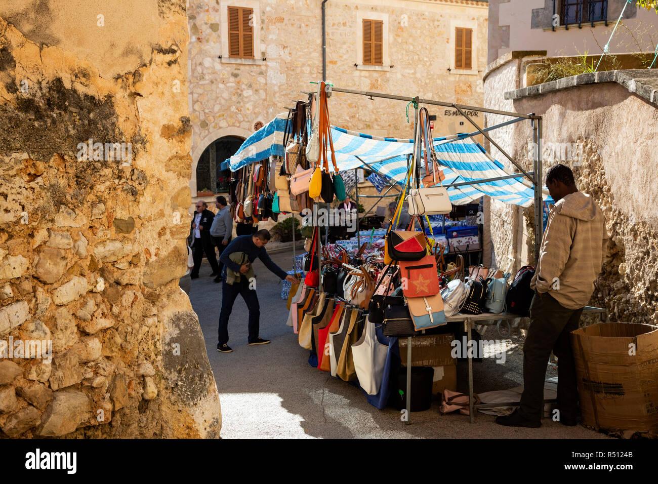 Sacs à main en vente sur le marché hebdomadaire dans le village de Sineu,  Mallorca 27fd4cf2e51