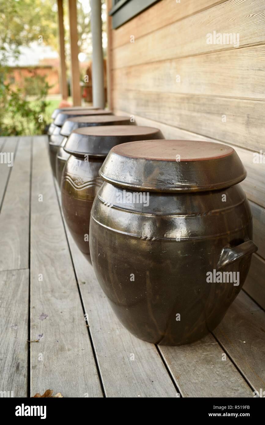 Cruches de fermentation sur porche Porche de ferme, 110 acres de fruits, légumes, fleurs et vigne, Healdsburg, Californie, USA. Photo Stock