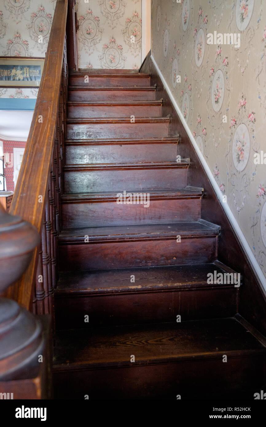 Modele D Escalier Peint ancien escalier en bois et à la main courante avec papier