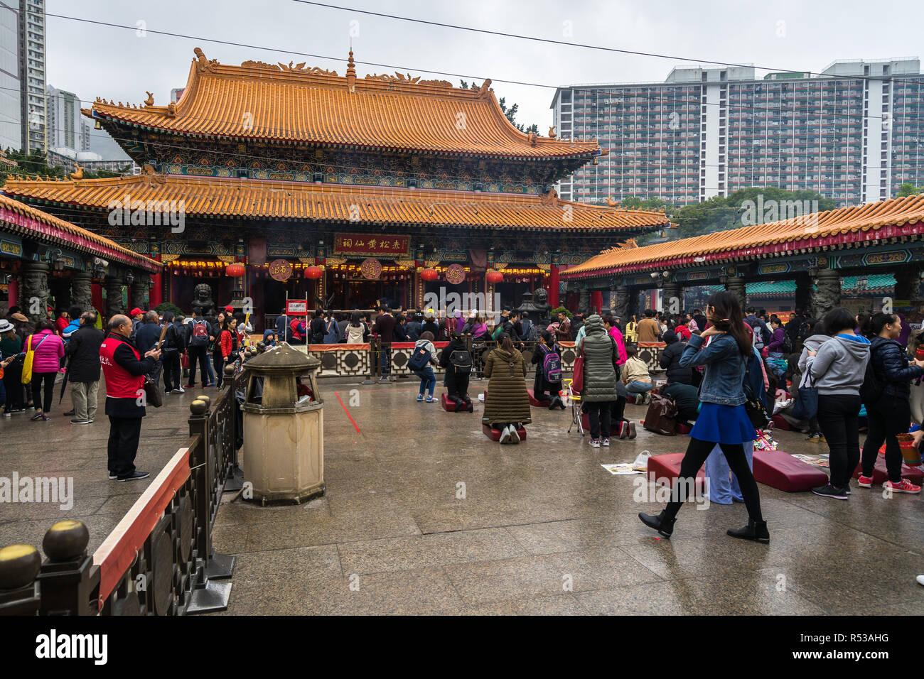 Les gens priaient à l'autel principal à Sik Sik Yuen Wong Tai Sin temple. Hong Kong, Kowloon, Janvier 2018 Photo Stock