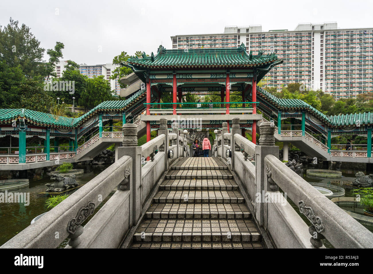 Pont de bonne volonté au jardin le Temple de Wong Tai Sin (savez également comme Sik Sik Yuen). Hong Kong, Kowloon, Janvier 2018 Photo Stock