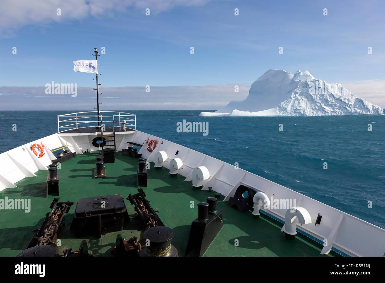 Expédier l'arc avec un iceberg près de la Géorgie du Sud dans l'Antarctique Banque D'Images