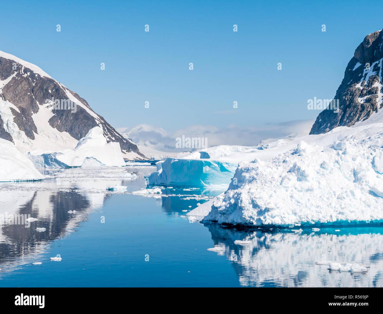 Errera Channel avec des icebergs et des blocs de glace sur une journée ensoleillée en été antarctique, l'Antarctique Photo Stock
