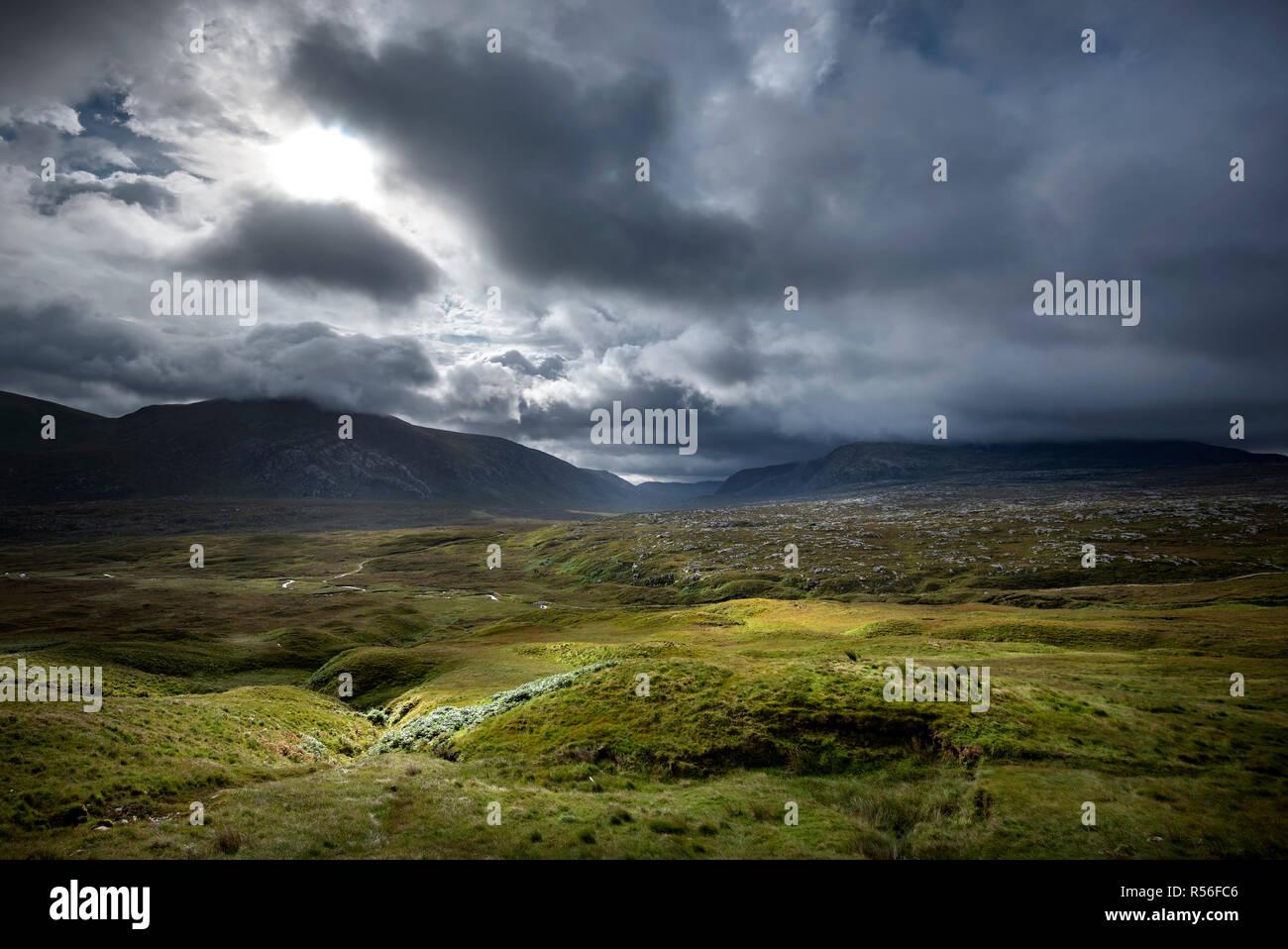L'atmosphère de nuages sombres dans les Highlands écossais, Sutherland, Scotland, United Kingdom Photo Stock