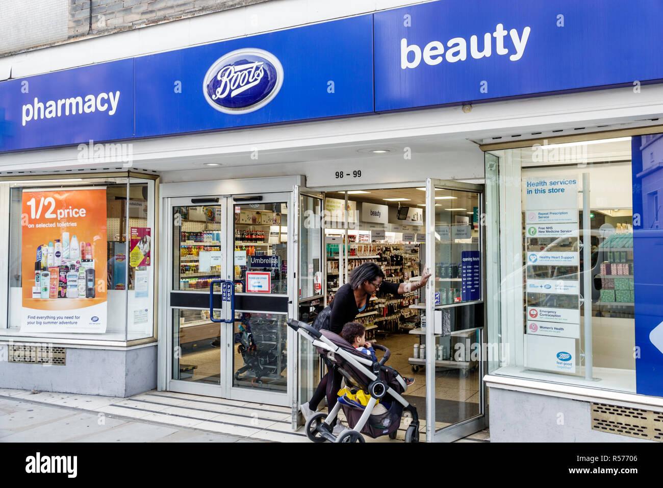 Royaume-uni Grande-Bretagne Angleterre London South Bank de Lambeth marais inférieur Boots pharmacy drug store pharmacie entrée extérieure du magasin bébé femme noire Photo Stock