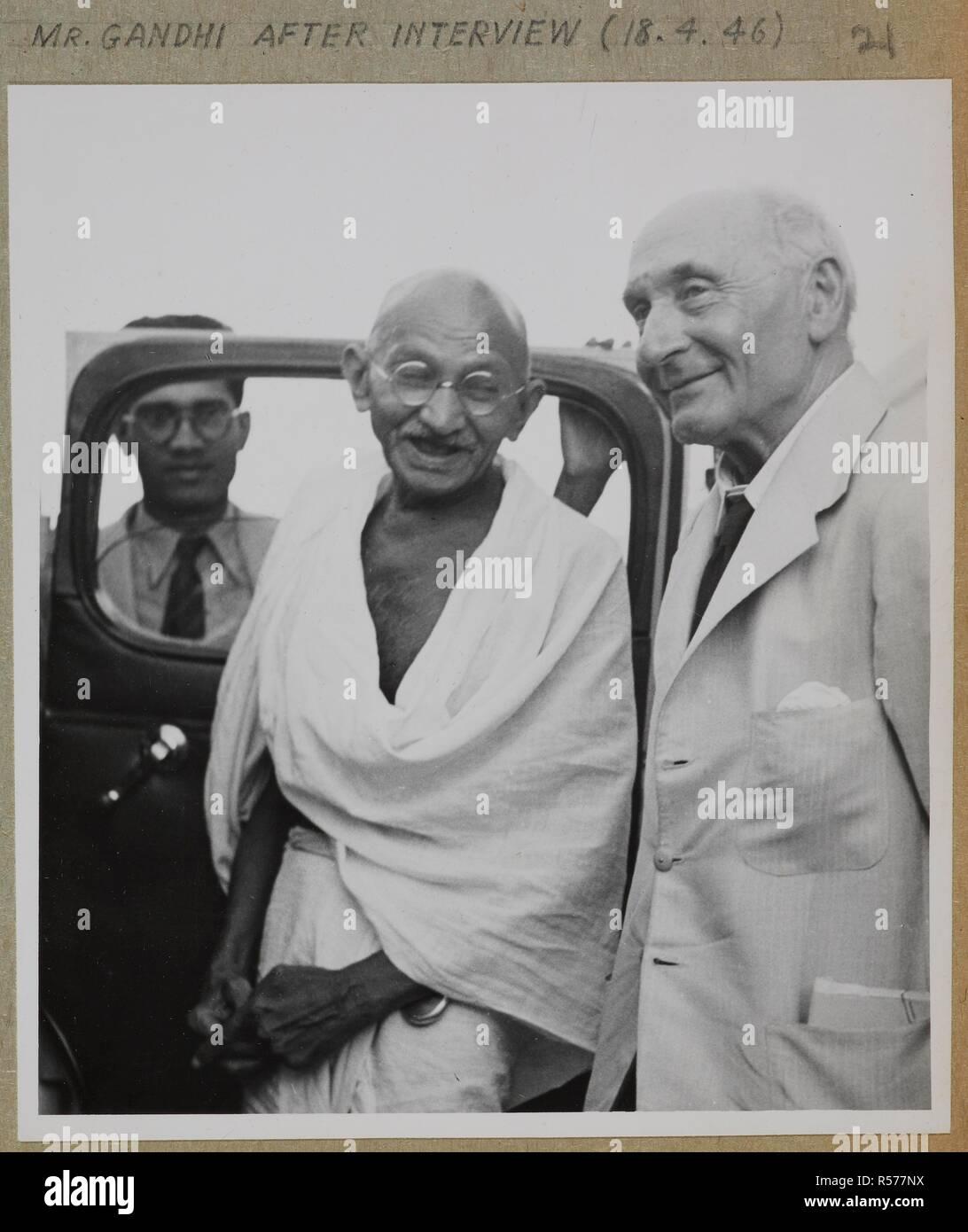 M. Gandhi [avec] Pethick-Lawrence après l'entrevue. Joyce Collection: Cabnet Mission en Inde - 1946 - volume II. L'Inde 18 avril 1946. Source: Photo 134/2(21). Auteur: Bureau international d'information de presse. Banque D'Images