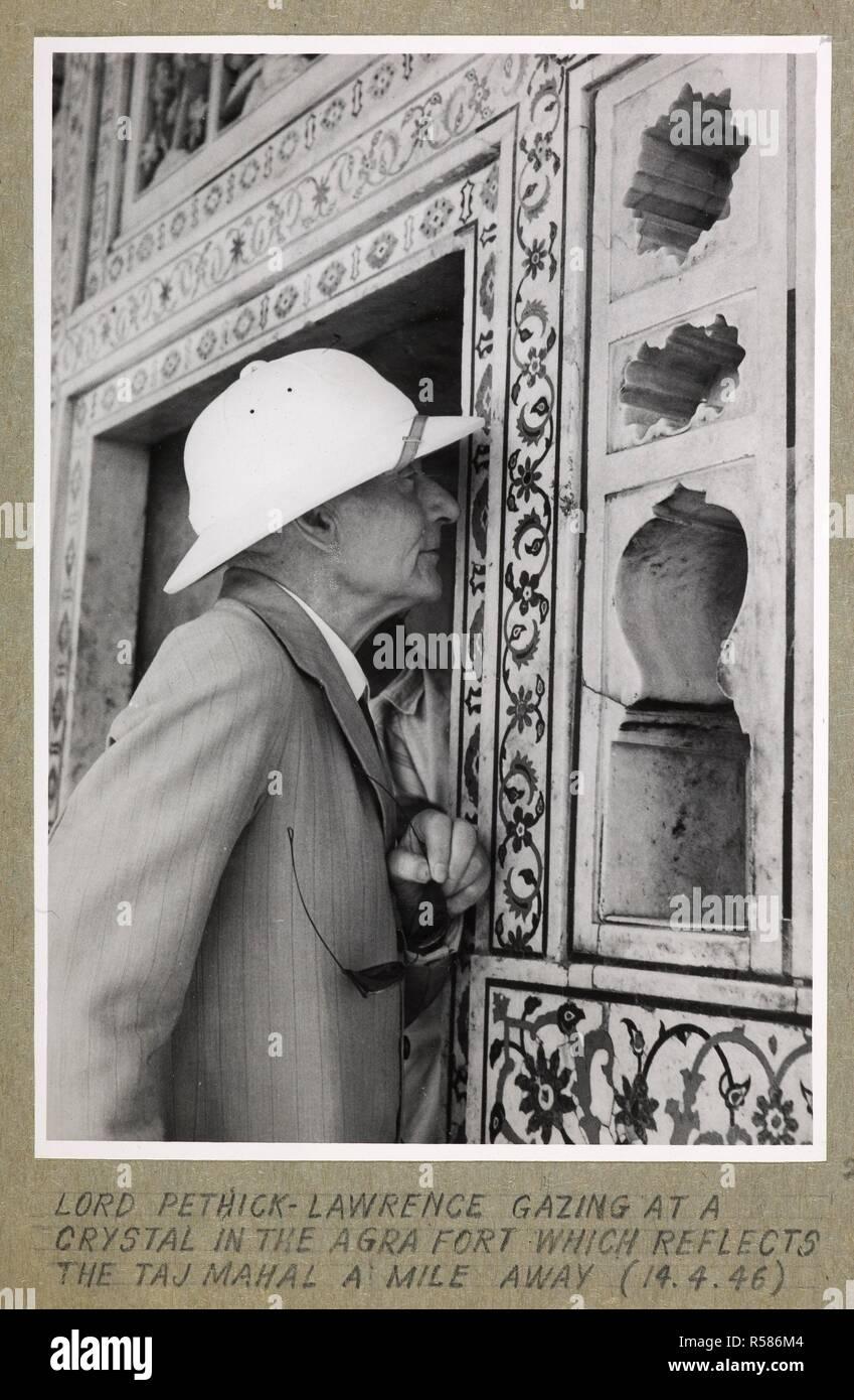 À Agra. Seigneur Pethick-Lawrence contemplant un cristal dans le Fort d'Agra qui reflète le Taj Mahal à 800 mètres. Joyce Collection: Cabnet Mission en Inde - 1946 - volume II. L'Inde 14 avril 1946. Source: Photo 134/2(2). Auteur: Bureau international d'information de presse. Banque D'Images
