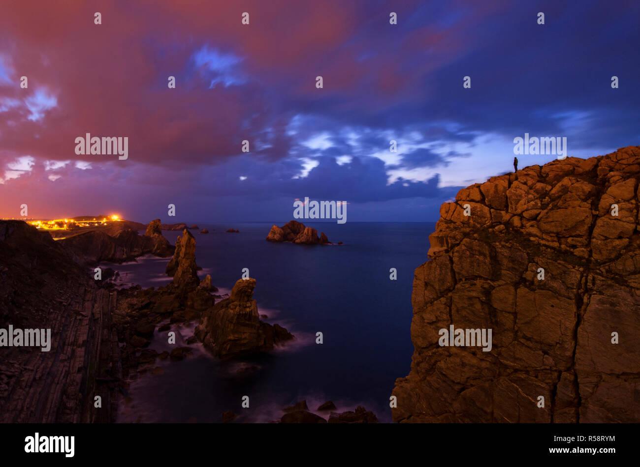 La pollution lumineuse et heure bleue sur la côte Atlantique, le Costa Quebrada, Pays Basque, Espagne Banque D'Images