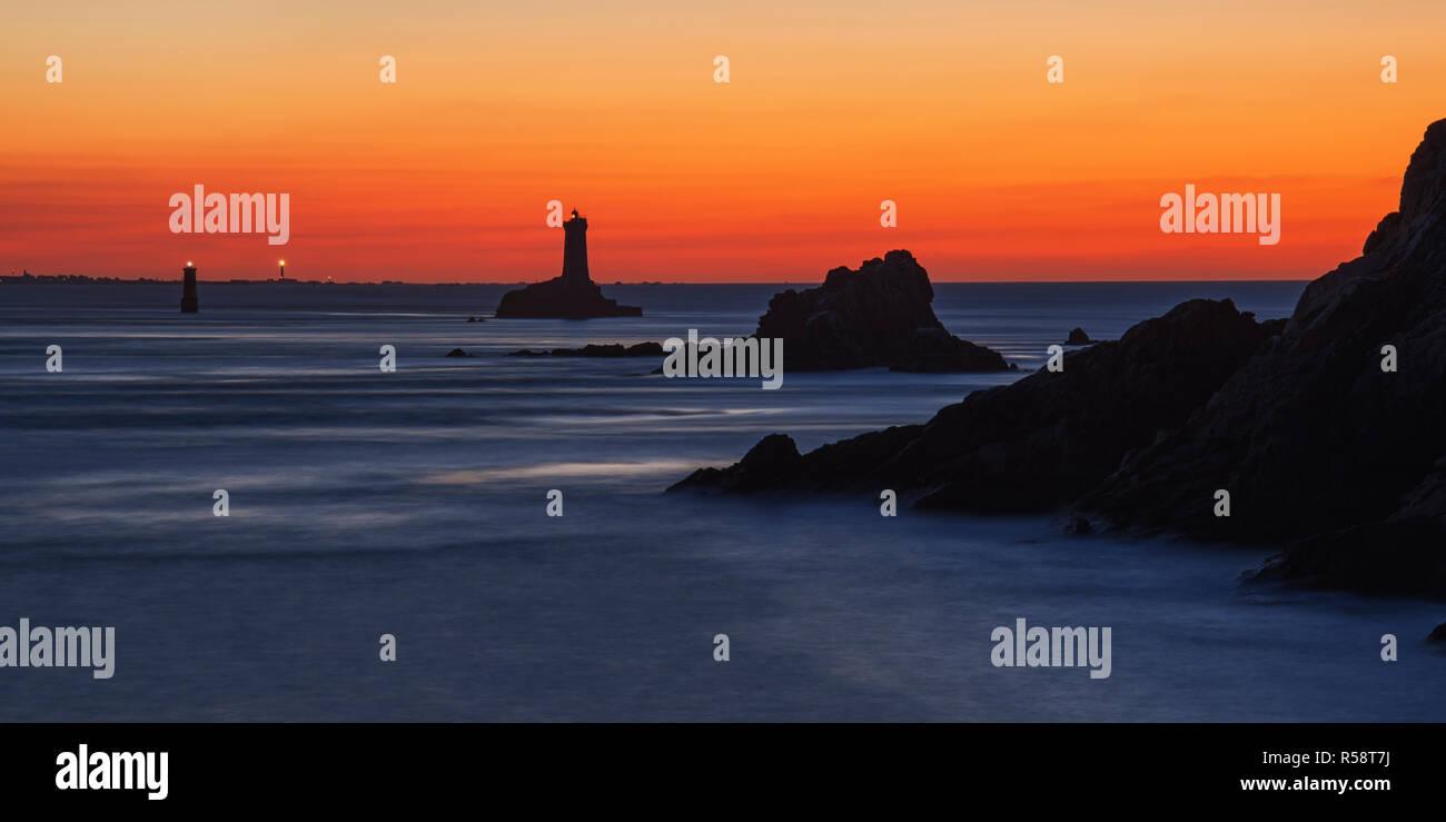 Jeu de couleurs bleu et orange avec Phare, Point du Raz, Finistère, France Banque D'Images