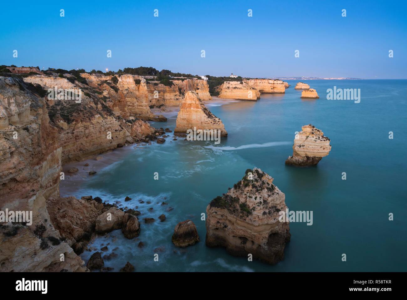 Praia da Marinha, à la lumière du matin, Lagoa, Algarve, Portugal Banque D'Images