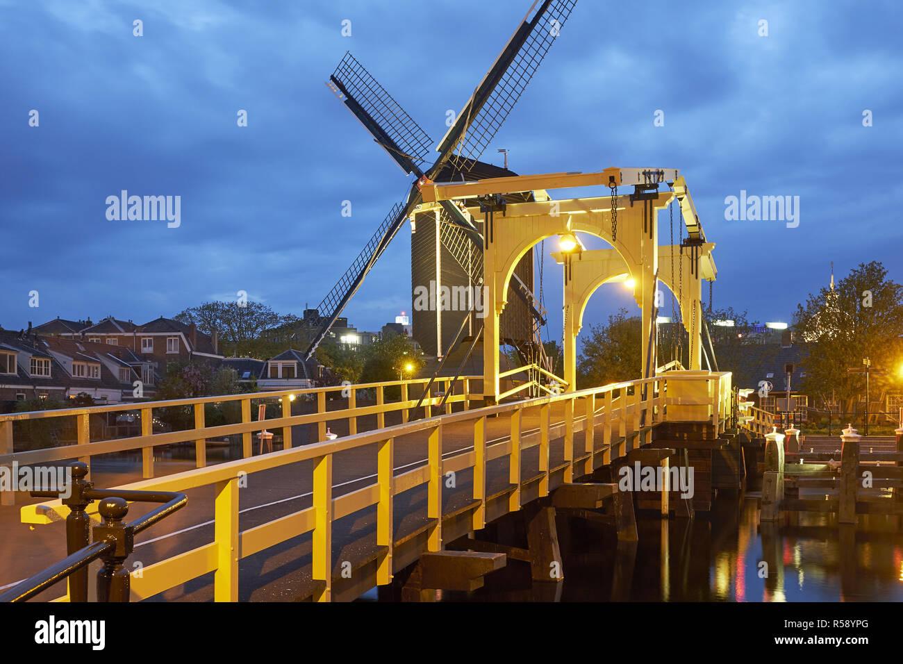 Pont à Galgewater avec Rembrandt Molen de mettre à Leiden, Hollande méridionale, Pays-Bas Banque D'Images