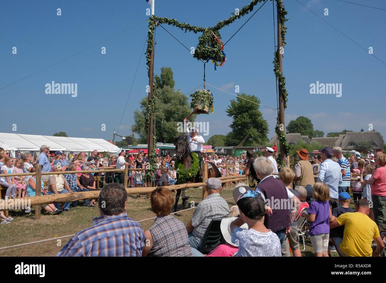 Tonnenabschlagen, fête populaire traditionnelle, Ahrenshoop, Fischland Darß-Zingst, Mecklenburg-Vorpommern, Allemagne Banque D'Images