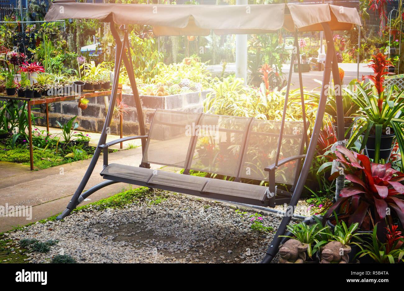 Banc de jardin / extérieur swing moderne banc avec le toit ...