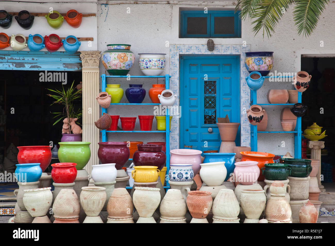 La Tunisie, le Cap Bon, Nabeul, plus grand centre céramique tunisienne, magasin de poterie Photo Stock