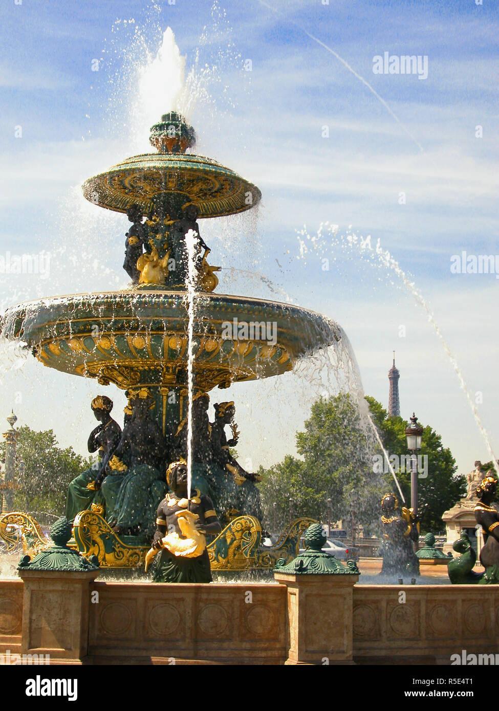 Fontaine ornementale à la place de la Concorde, Paris, France Banque D'Images