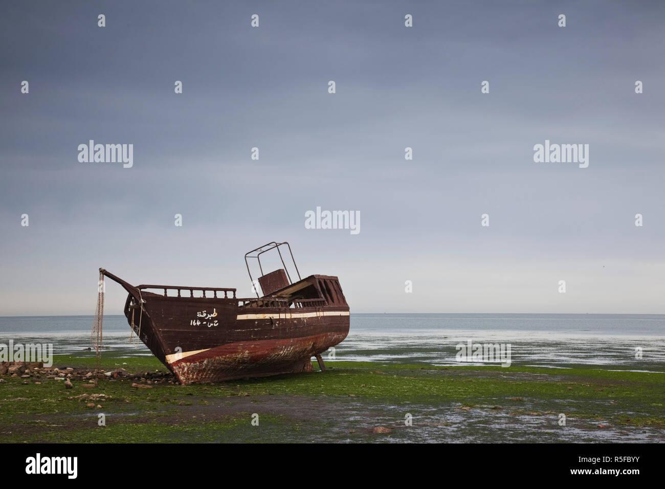La Tunisie, l'île de Djerba, Houmt Souk, bateaux sur le bord de mer Photo Stock