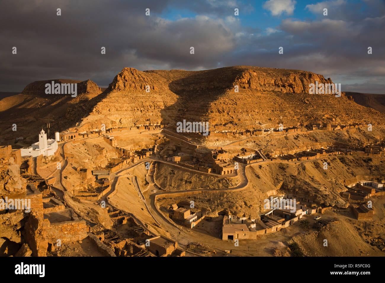 La Tunisie, Ksour, Chenini, village berbère, coucher de soleil vue mosquée Photo Stock