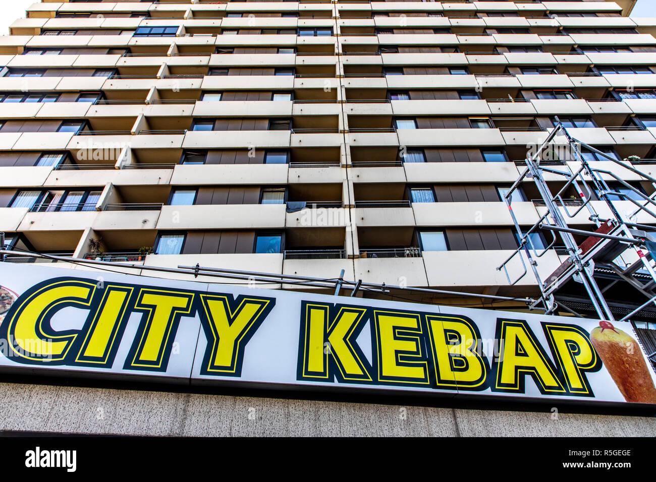 Gratte-ciel morne, appartement maison Dšner, Kebab, fast-food, Ulm, Allemagne, Photo Stock