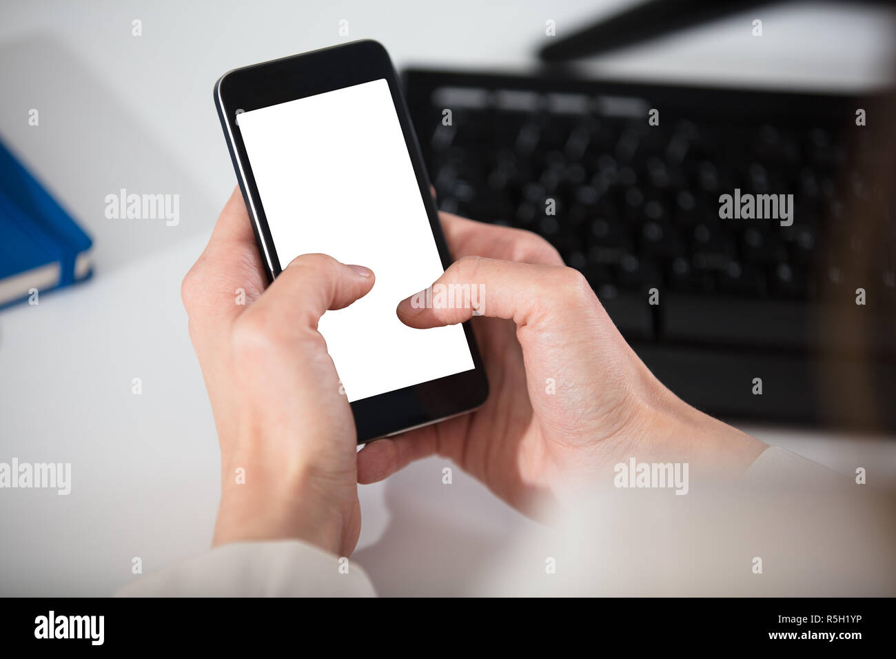 Person's Hand Holding Smart Phone Banque D'Images