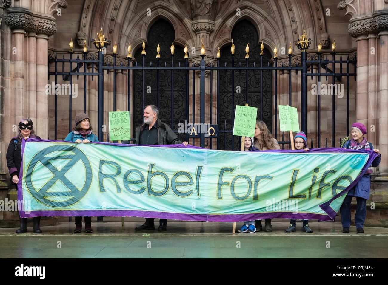 Hereford, Royaume-Uni. 1er décembre 2018. La nouvelle section locale de l'Extinction du mouvement de rébellion (changement climatique militants) manifester devant la cathédrale dans cette ancienne ville . Crédit: Alex Ramsay/Alamy Live News Banque D'Images