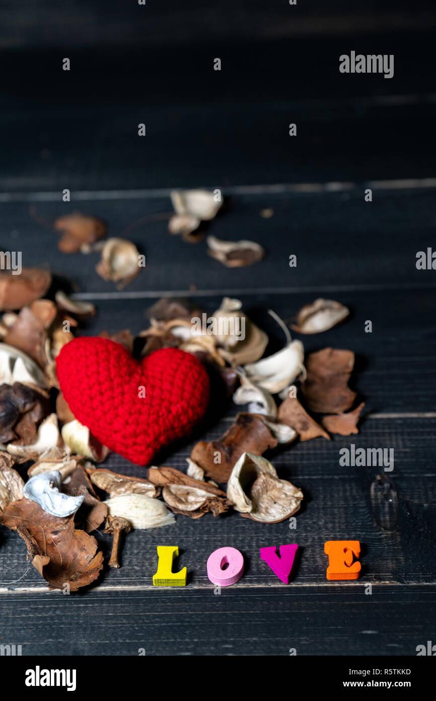 texte d'amour en bois de couleur avec l'arôme des fleurs séchées et