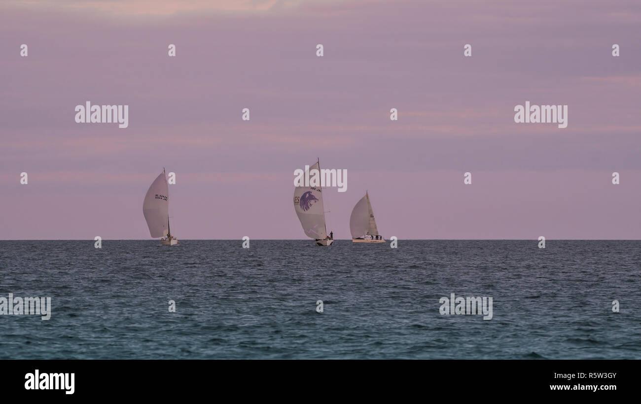 Voiles sur l'horizon. Les courses de voiliers de régate, mer d'Irlande. Photo Stock