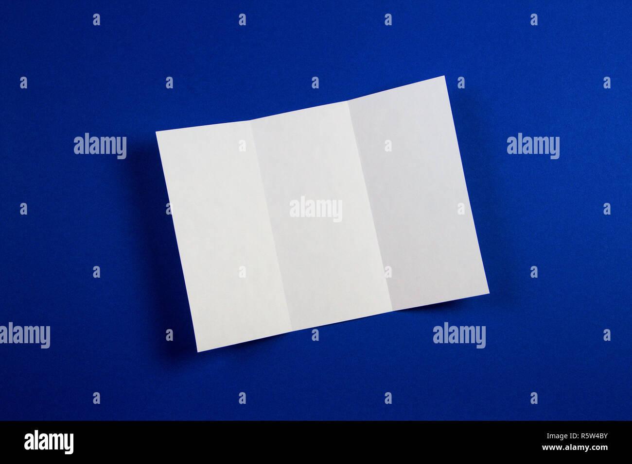 Maquette de blank white tri fold brochure brochure sur fond bleu Photo Stock