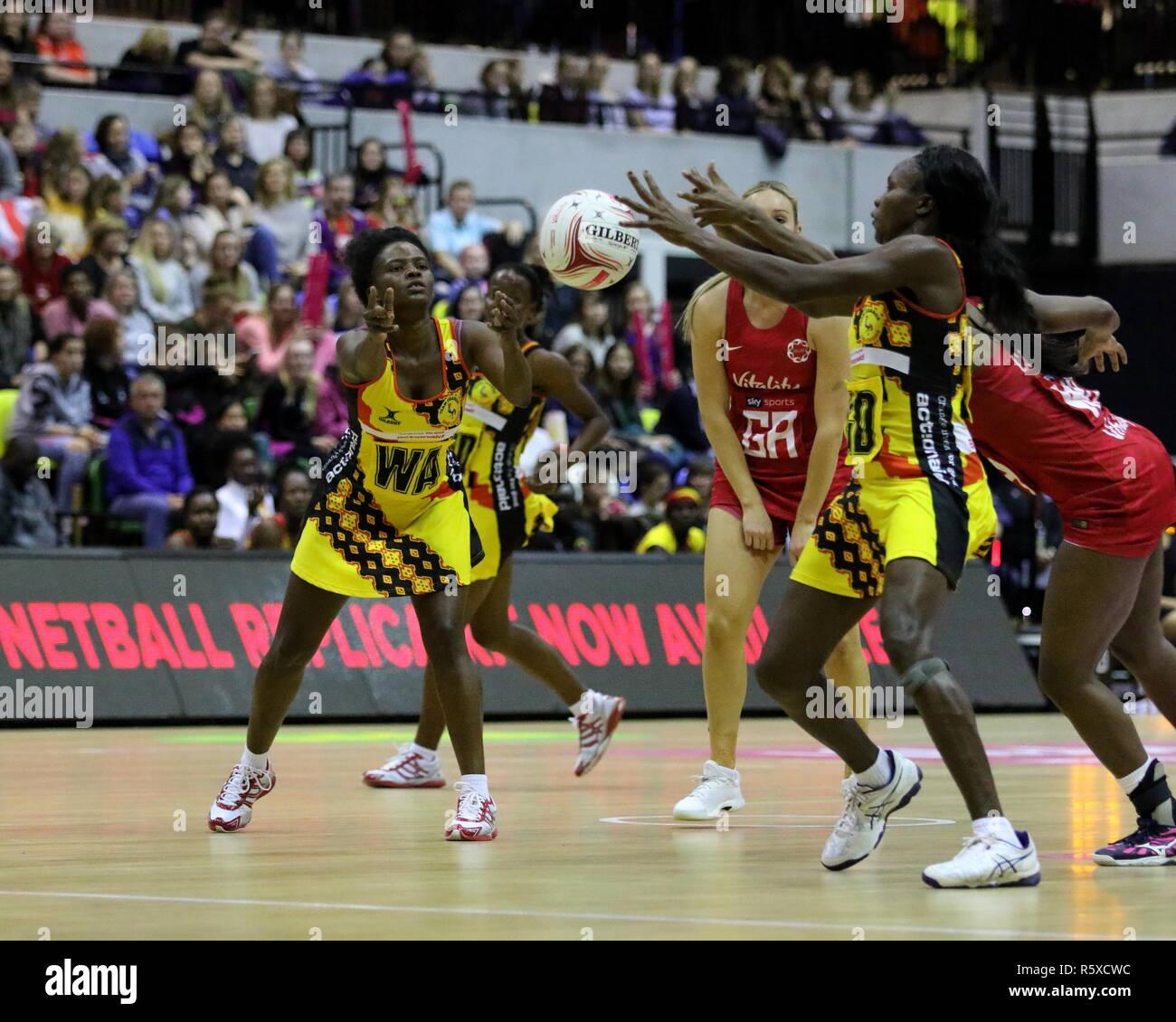 Londres, Royaume-Uni. 2 Décembre, 2018. La vitalité de la série International Netball match entre l'Angleterre et l'Ouganda à la boîte de cuivre Arena le 2 décembre 2018 à Londres, Angleterre, RU Credit: Grant Burton/Alamy Live News Photo Stock