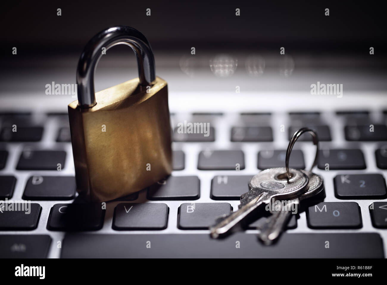Sécurité Internet et réseau protection concept clé et cadenas, on laptop Banque D'Images