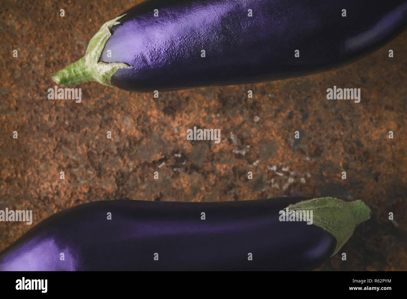 Les aubergines sur le fond marron pierre l'horizontale Banque D'Images