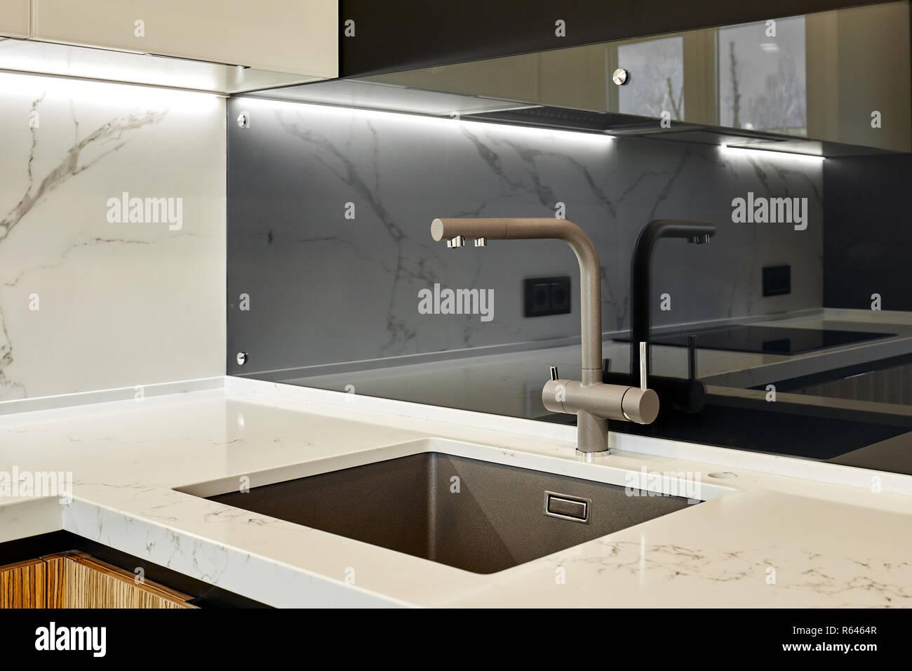 Évier carré moderne dans la salle de bain, cuisine Banque D ...