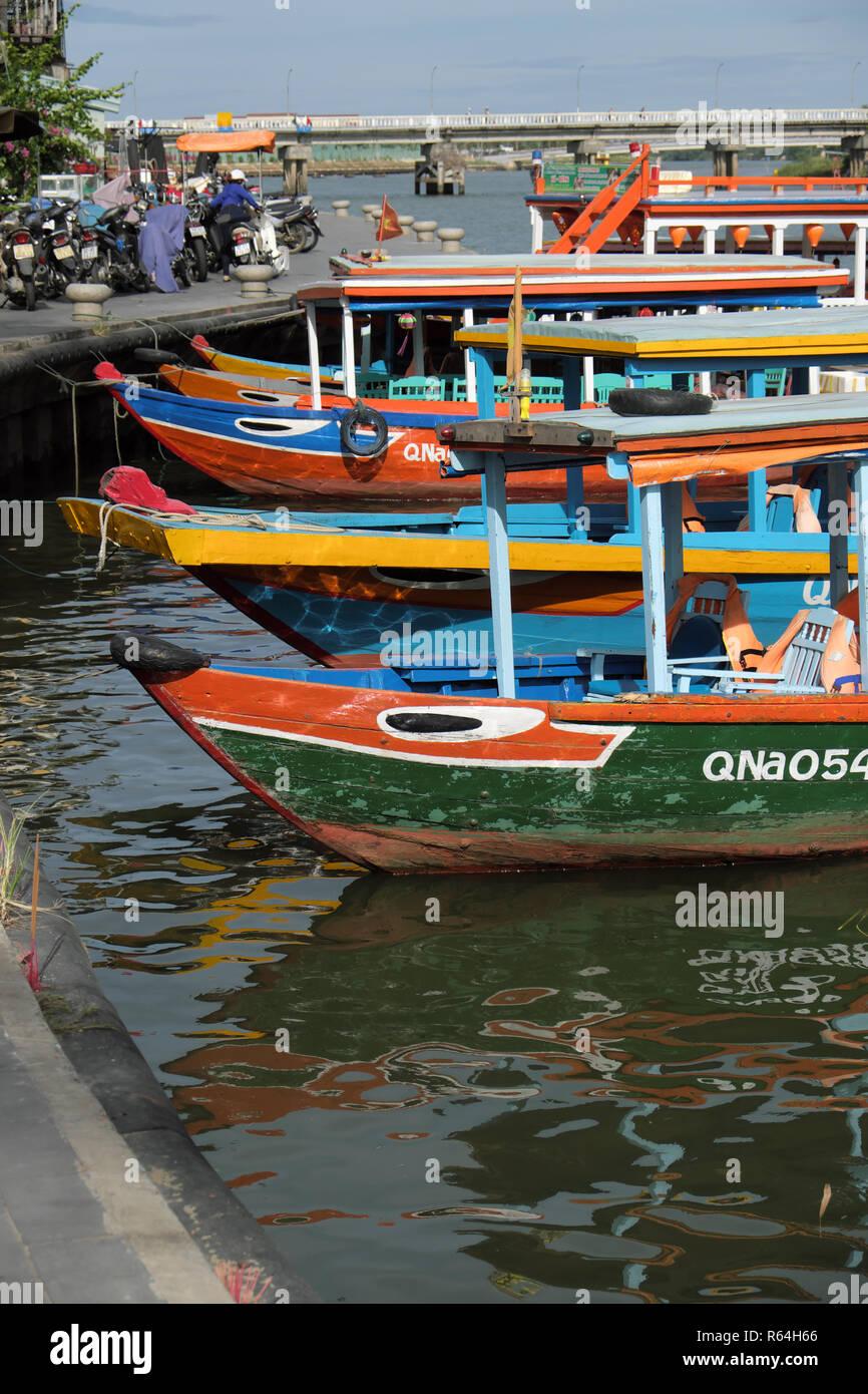 Hoi An Vietnam - bateaux colorés amarrés sur la rivière Thu Bon Photo Stock