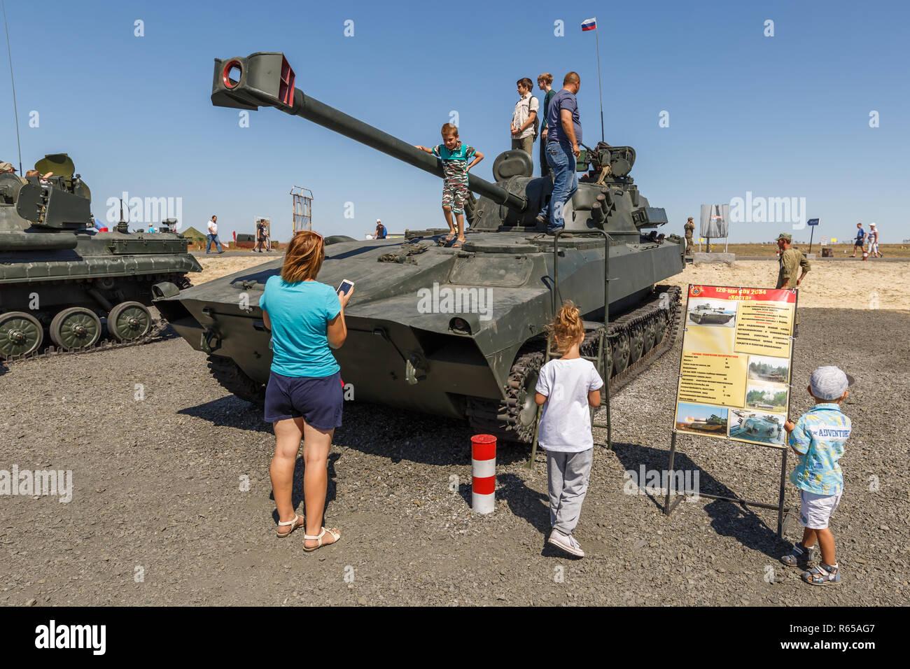 Forum technique militaire international-2018 de l'armée. Les 120 mm d'obusiers automoteur/système de mortier 2S34 Hosta, version modernisée de la 2S1 Gvosdik Banque D'Images
