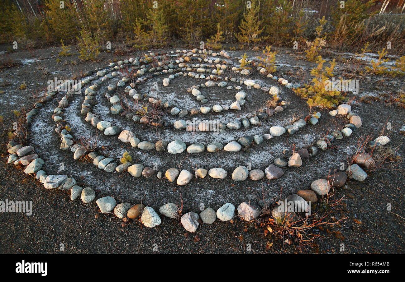Rock méditatif labyrinthe dans le soleil du soir. Banque D'Images